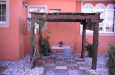 Pergolas de madera para terrazas con piscinas
